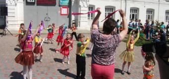 Родители и дошкольники из Судиславля в день защиты детей присоединились к проведению социальной компании «Безопасная дорога — защити своего ребенка»