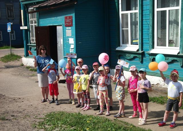 Сотрудники ГИБДД помогли дошкольникам подготовительной группы МДОУ ДС «Колокольчик» Судиславского района изучить безопасный маршрут движения.