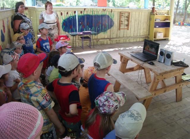 Госавтоинспекторы из Судиславля организовали для дошкольников на площадках малозатратных форм работы видеолекторий «Азбука дорог»