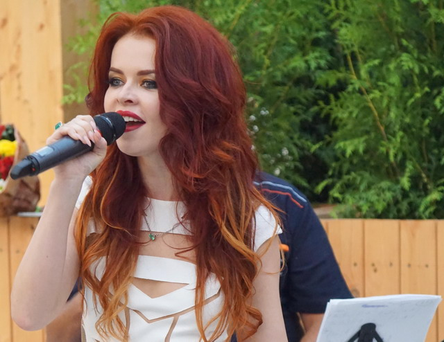 Певица «Белка» Лена Князева презентовала концерт с живым звуком