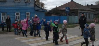 Сотрудники ГИБДД помогли воспитанникам дошкольных организаций  Судиславского района изучить безопасный маршрут движения.