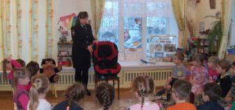 Необычный краш-тест «Посади игрушку в кресло безопасности» организовали дорожные полицейские для младших школьников и воспитанников Судиславля