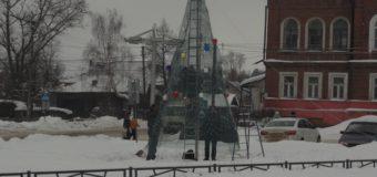 23 декабря в Судиславле установили искусственную новогоднюю елку