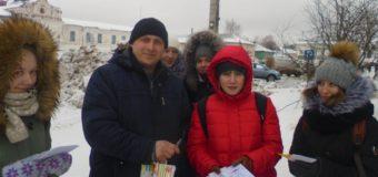 Юные активисты дорожной безопасности Судиславля призвали водителей и пешеходов к взаимному уважению.