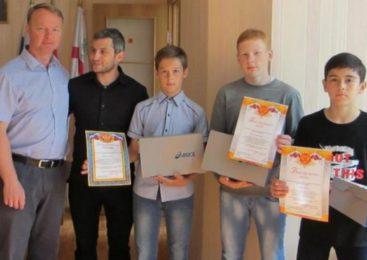 Главы Судиславского района торжественно наградил спортсменов из секции по вольной борьбе