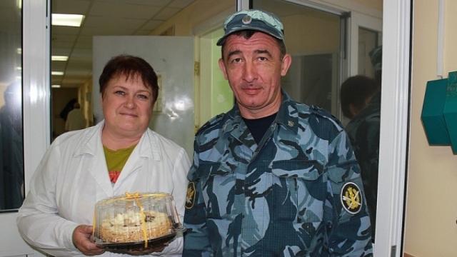 В Судиславском районе сотрудники КПБСТИН УФСИН поздравили медицинский персонал учреждения