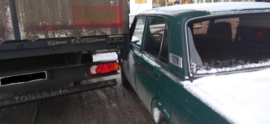В Судиславском районе на АЗС столкнулись большегруз и легковушка