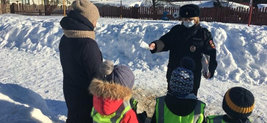 Сотрудники Судиславской автоинспекции совместно с воспитанниками детского сада «Ромашка» провели акцию «Весне - безопасную дорогу»